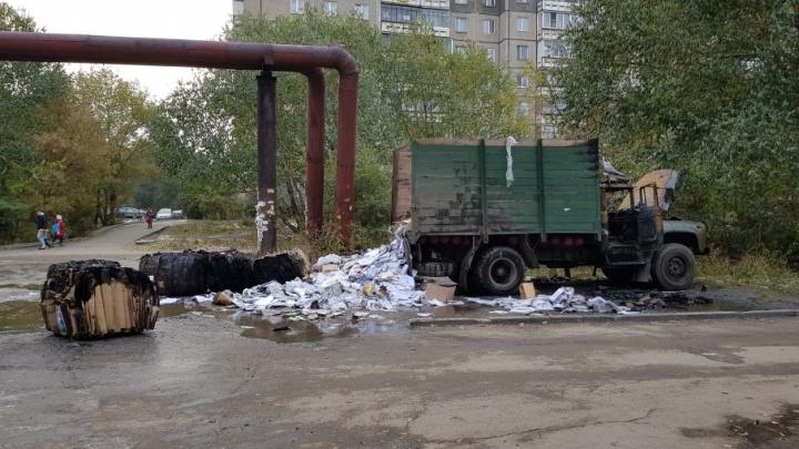 Грузовик с газовыми баллонами загорелся возле магазина в Челябинске