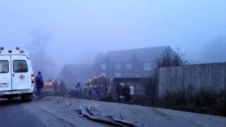 В Чусовом грузовик в тумане протаранил забор и опрокинулся в кювет