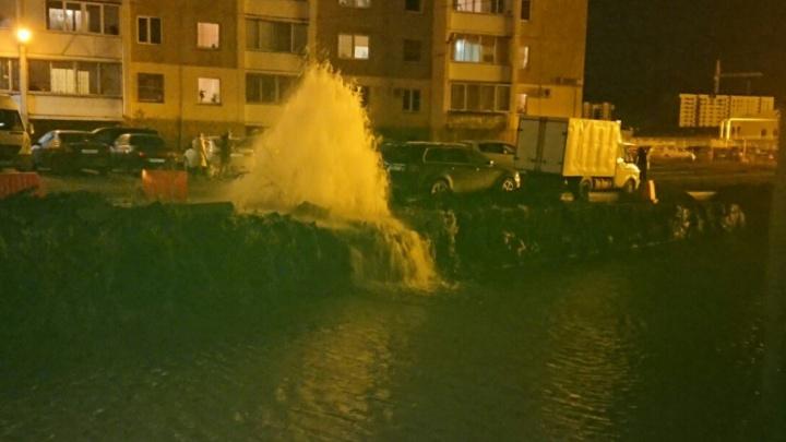 «Поливает уже четыре часа»: в Чурилово из-под земли бьёт фонтан воды
