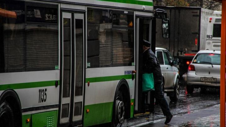 Пассажиры в шоке: в ростовском автобусе во время движения вылетели стекла