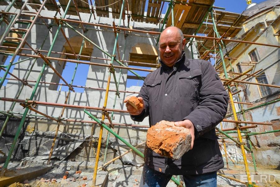 Кирпичирассыпаются в руках строителя.