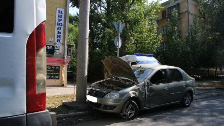 На проспекте Масленникова маршрутка отправила Renault в столб
