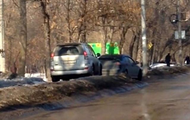 В Самаре автомобилисты на Мальцева едут по тротуару, рискуя жизнями пешеходов