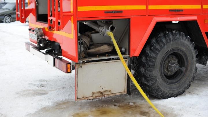 Во время пожара в Заводоуковске пострадала женщина: ее увезли с ожогами спины