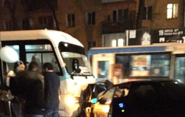 В Ростове на Ларина столкнулись ВАЗ и маршрутка: пострадали двое
