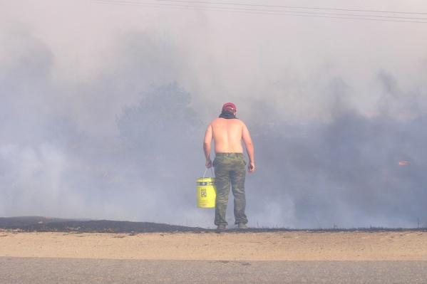 Потушить пожар на озере пытаются уже несколько дней