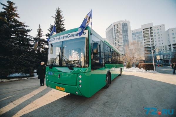 Банковские карты сейчас принимают только в  автобусах, в маршрутках возможность безналичного расчета за проезд должна появиться в 2018 году
