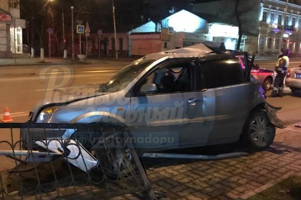 Легковой автомобиль получил серьезные повреждения