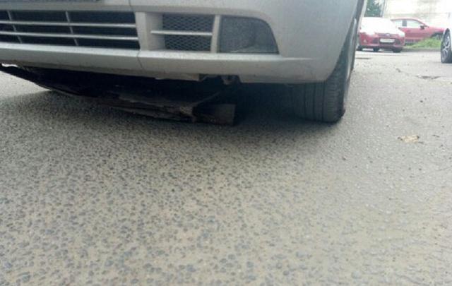Опасная яма: после поездки по центру Ярославля у машины из Питера отвалилась защита