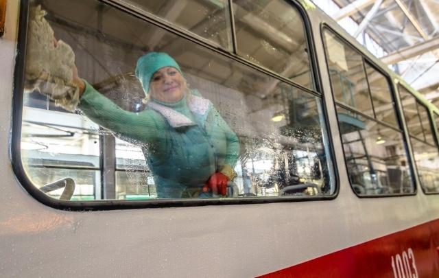 В Самаре салоны трамваев отмывают вручную с хлоркой