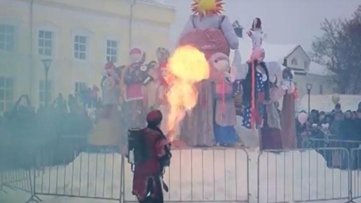 В Переславле масленичных кукол сожгли из огнемёта