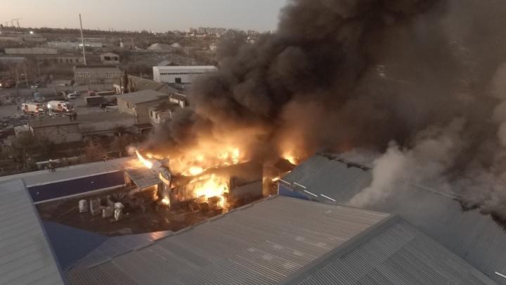 Пожар в Дзержинском районе Волгограда: десятки метров огня и кубометры дыма