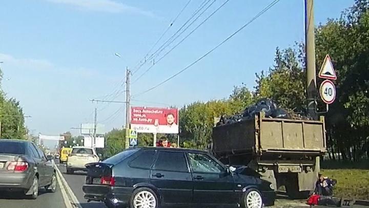 Рабочий выпал из грузовика на дорогу во время уборки обочины на ЧТЗ
