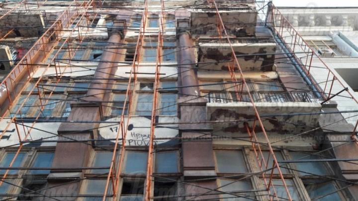 Страшно идти по Садовой: ростовчанин рассказал о падающих со здания кирпичах