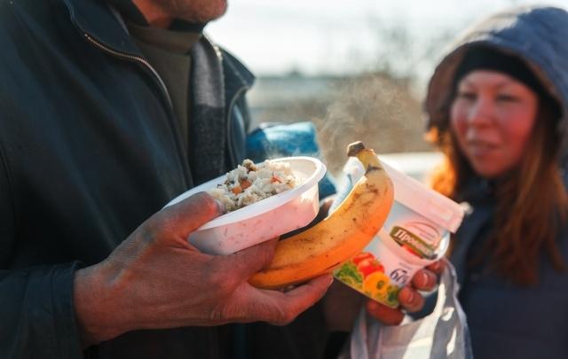 «Словно в ресторане»: где и кого в Тюмени бесплатно кормят горячими обедами