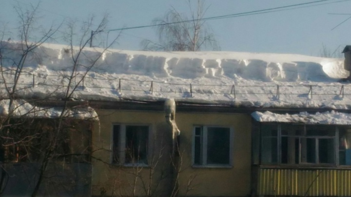 «И так сойдет»: самарец пожаловался на некачественную уборку крыши от снега на Кирова