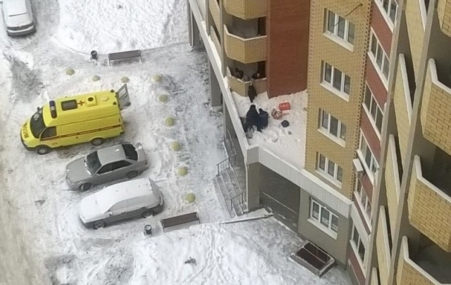 За травмы тюменца, упавшего с балкона десятого этажа, вслед за застройщиком ответит генеральный подрядчик