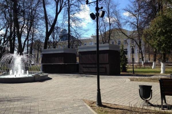 Деревянные постройки поставили почти в центре сквера