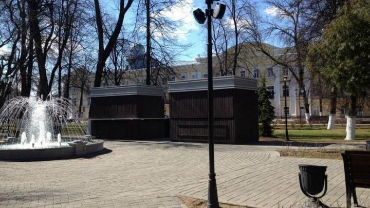 Демидовский сквер в Ярославле заставили мрачными будками