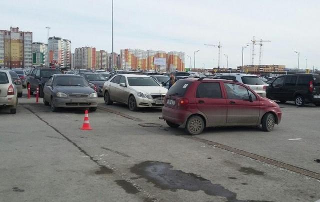 На парковке у ТРЦ «Кристалл» сбили 11-летнюю девочку, выбежавшую из-за припаркованных машин