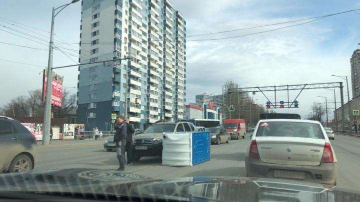 Сюжетный поворот: на Московском шоссе столкнулись «Рено-Дастер» и кабинка биотуалета