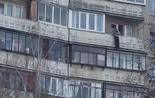 Спасение челябинки от падения с балкона восьмого этажа сняли на видео