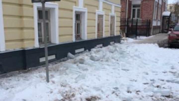 В центре Ярославля ледяная глыба рухнула с крыши рядом со школьниками