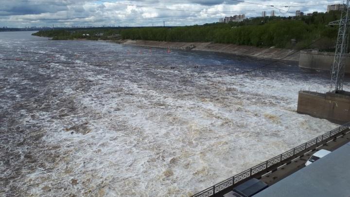 40 метров в высоту, 23 затвора, мощность — 552 мегаватта. Видеоэкскурсия на Камскую ГЭС