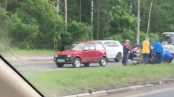 Из-за ямы на Авиаторов мотоцикл врезался в автомобиль