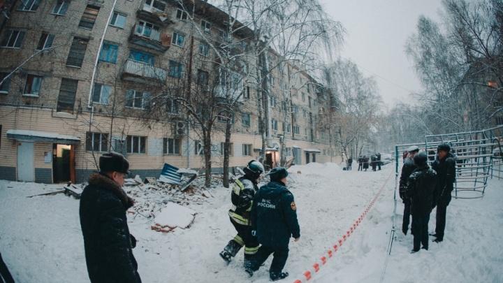 Власти назвали причину обрушения кровли и балконов дома на 50 лет ВЛКСМ