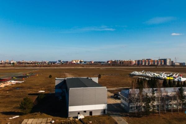 Квартиры, окна которых выходят на аэродром, ждет замена окон и установка кондиционеров