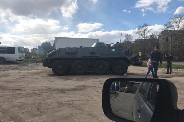 В Ярославле припарковали танк у магазина автозапчастей