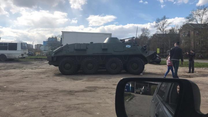У магазина автозапчастей в Ярославле припарковался БТР: фото