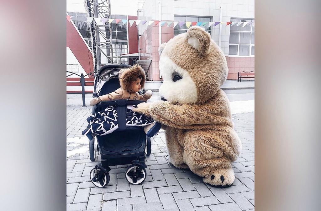 Часто героиней рекламного поста Алексы становится ее дочь. Получается трогательный и милый пост. Этот — про ростовых кукол, например