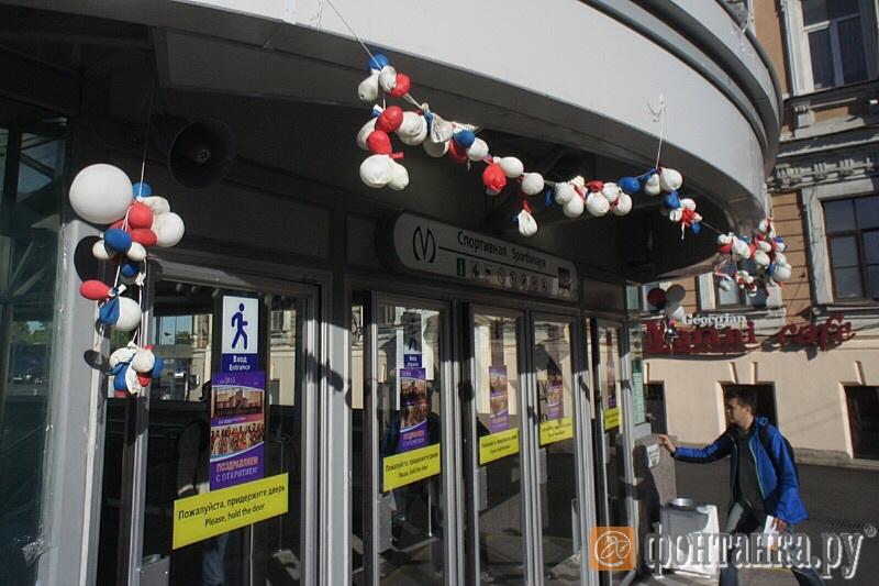 Вход в павильон на Кадетской линии украшен воздушными шариками