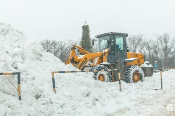 На дороги выйдут 182 тяжеловесных трактора для уборки снега