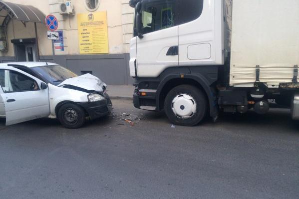 Легковой автомобиль столкнулся с грузовиком на Семашко