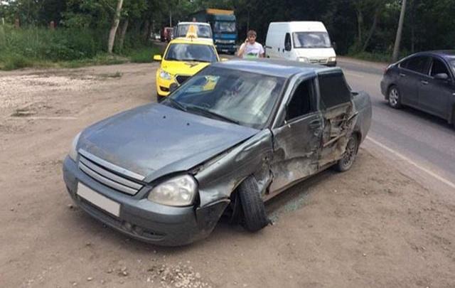 В Самаре мужчина на Nissan врезался в две машины, которые ехали по встречке