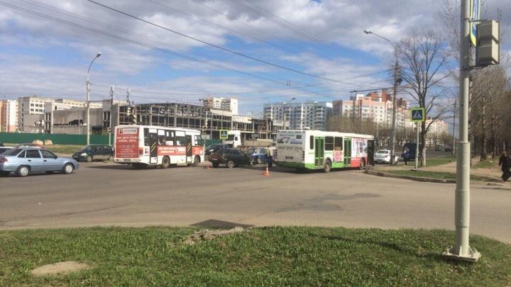 ДТП в Брагино: автобус снес бок легковушке
