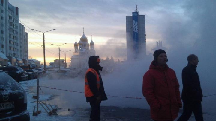 На улице Выучейского произошел прорыв на теплотрассе