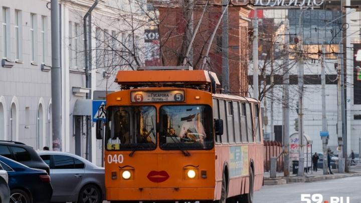 Пришлось резко затормозить перед машиной: в Перми госпитализировали пенсионерку, упавшую в троллейбусе