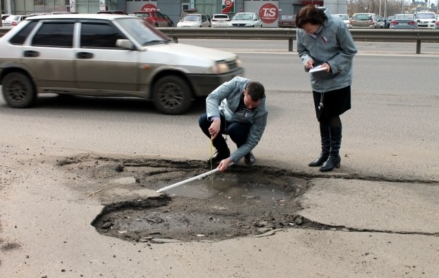 Нашли полутораметровую дорожную яму в центре Ярославля