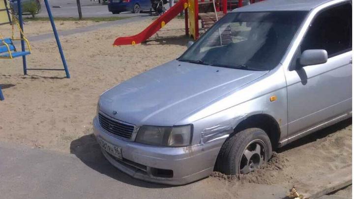 Тюменец решил объехать шлагбаум по детской площадке и застрял в песке