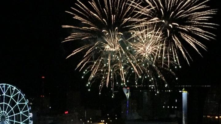 На День Победы в Ростове запустили семицветный фейерверк