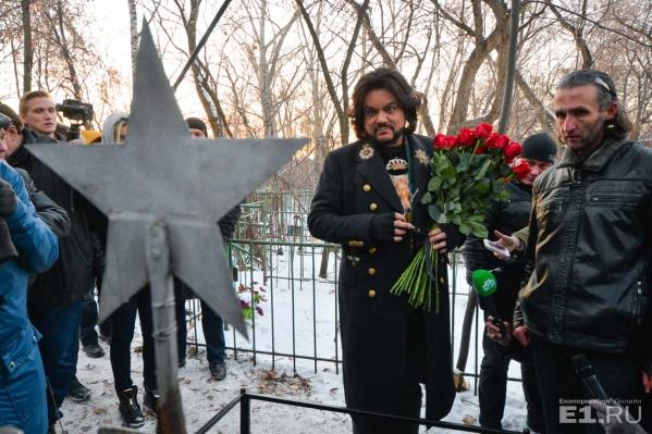 Филипп Киркоров приехал на могилку предка с охапкой красных роз.