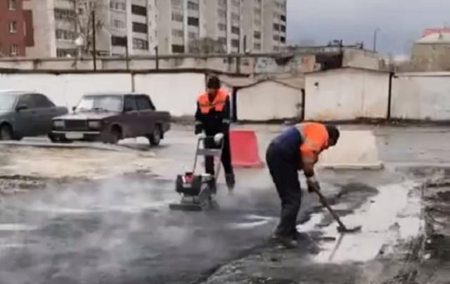 Тюменские нанотехнологии: во дворе многоэтажки на Федюнинского под дождем укладывали асфальт