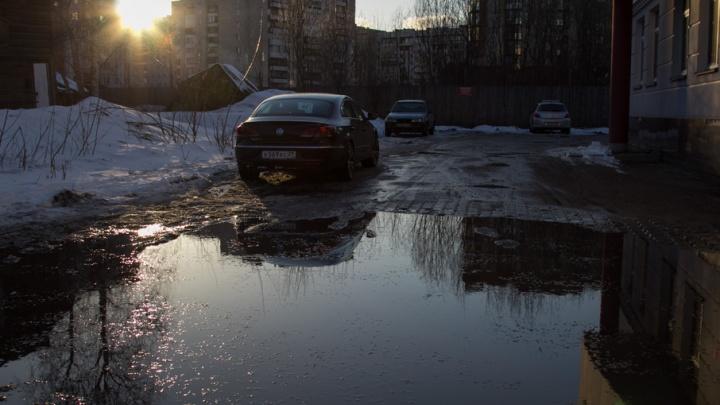 В Архангельске иномарка утонула в луже