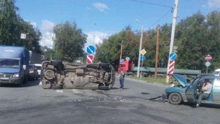 На повороте на ЧМЗ в аварии с «десяткой» перевернулся Volkswagen