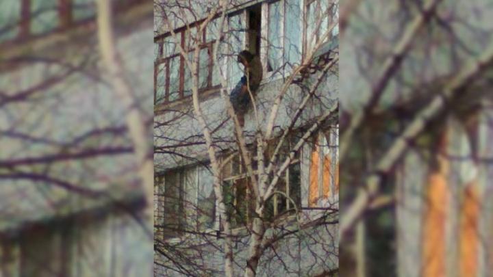 «Свисала с балкона»: в Тольятти спасатели эвакуировали пенсионерку из многоэтажки