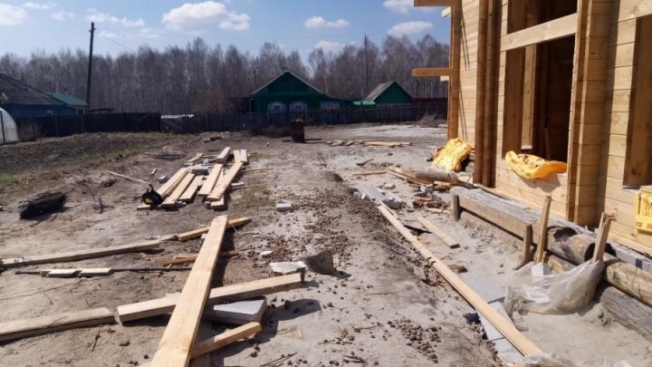 Многодетные тюменцы подали в суд на фирму, взявшую почти 4 миллиона рублей и бросившую строительство дома